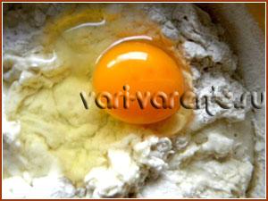 Добавляем яйцо и вымешиваем